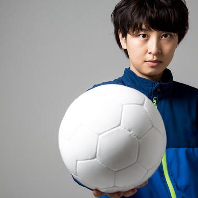 後輩へ思いを託す、サッカー女子の写真