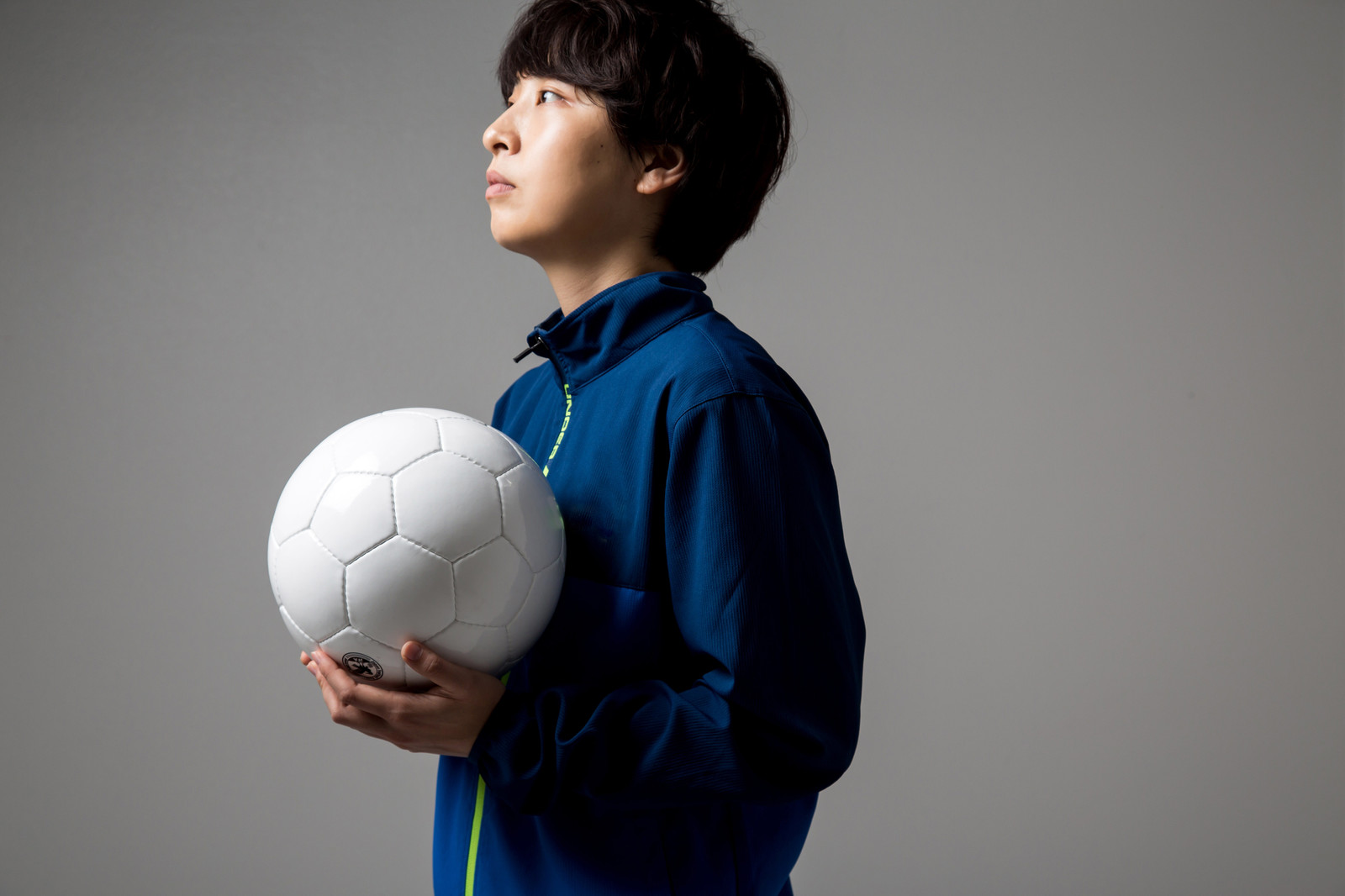 「サッカーボールを持って練習場に来たら本日貸し切りだった」の写真[モデル:八木彩香]