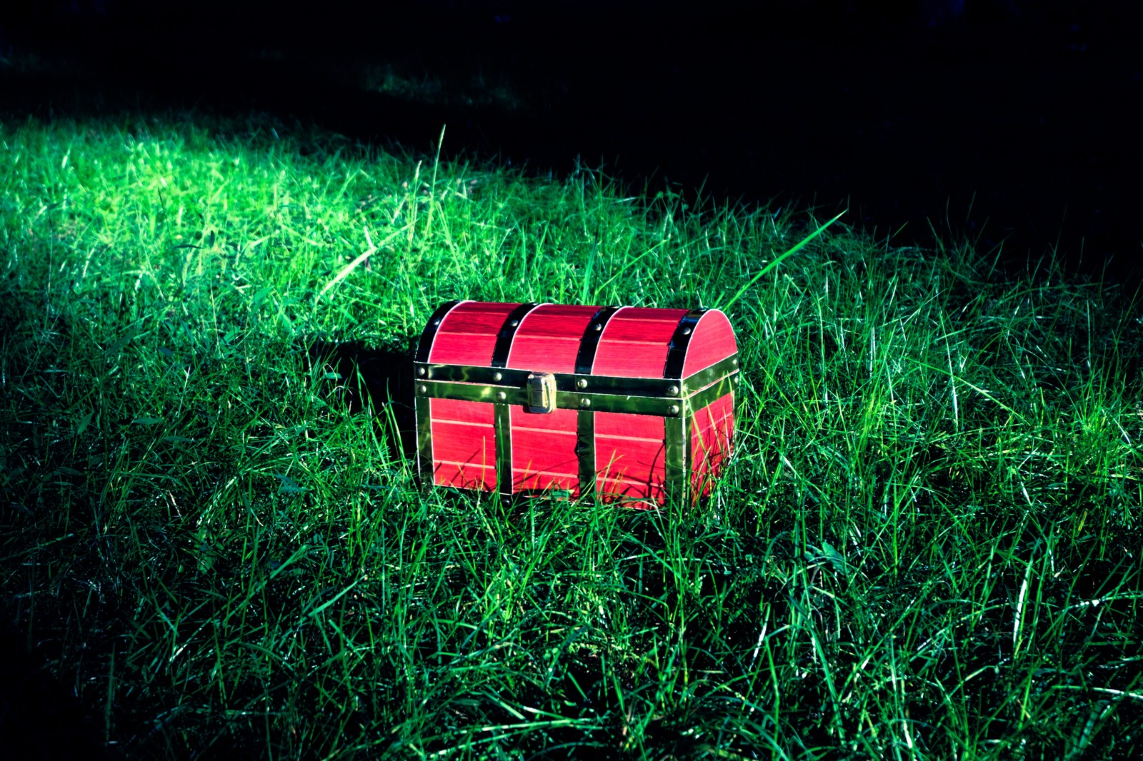 「宝箱がようすをみている宝箱がようすをみている」のフリー写真素材を拡大