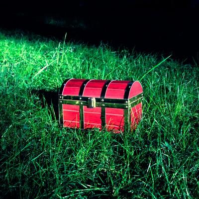 「宝箱がようすをみている」の写真素材