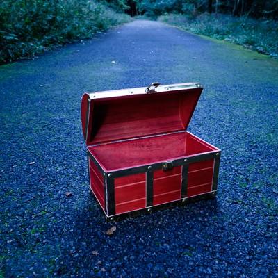 「一度開けたら空きっぱなしの宝箱」の写真素材