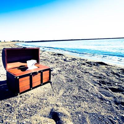 海岸線と宝箱ティッシュケースの写真