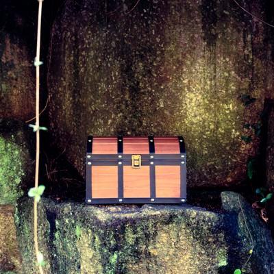 「洞窟の先で宝箱を発見した」の写真素材