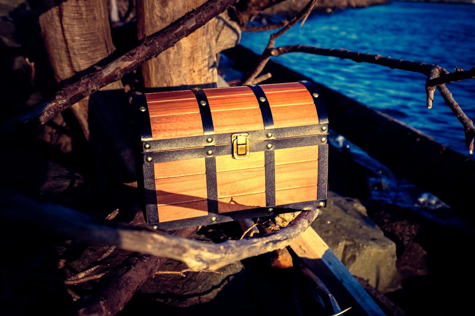 「海岸沿いで見つけた宝箱」の写真