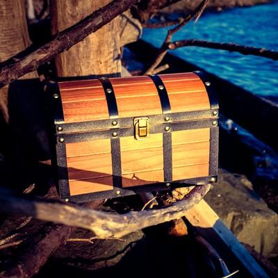 「海岸沿いで見つけた宝箱」の写真素材
