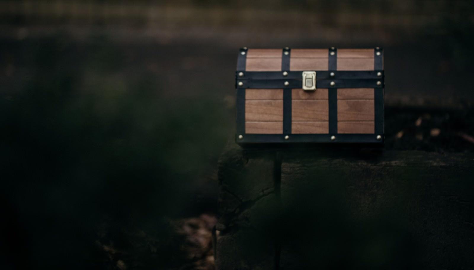 「路上に放置された宝箱」の写真