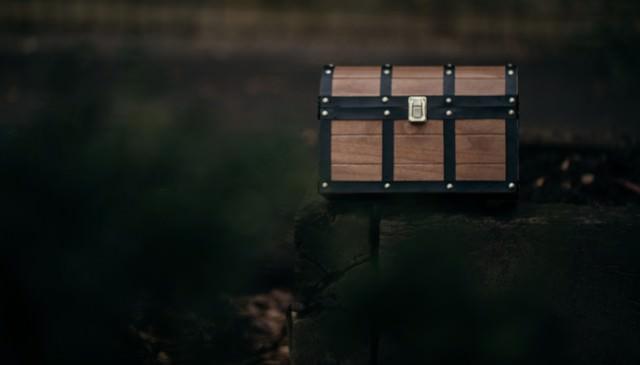 路上に放置された宝箱の写真