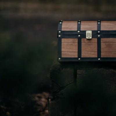 「路上に放置された宝箱」の写真素材