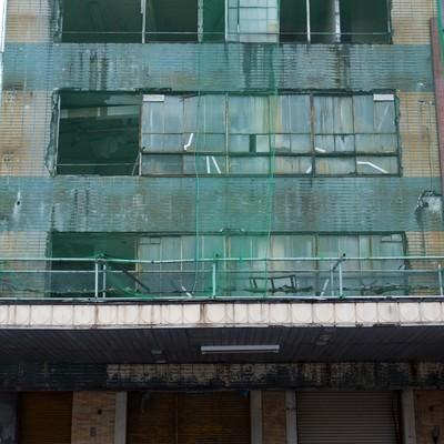 今にも崩れそうな建物の写真