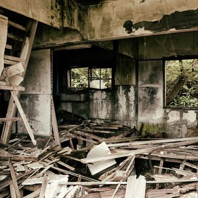 床が抜けてボロボロの廃アパートの中の写真
