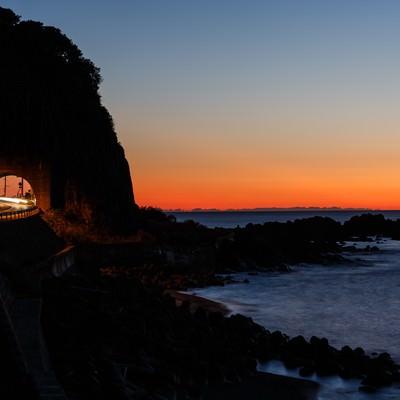 日没の日本海と沿岸の道路の写真