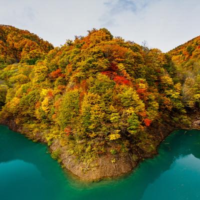 湖と紅葉した山の写真