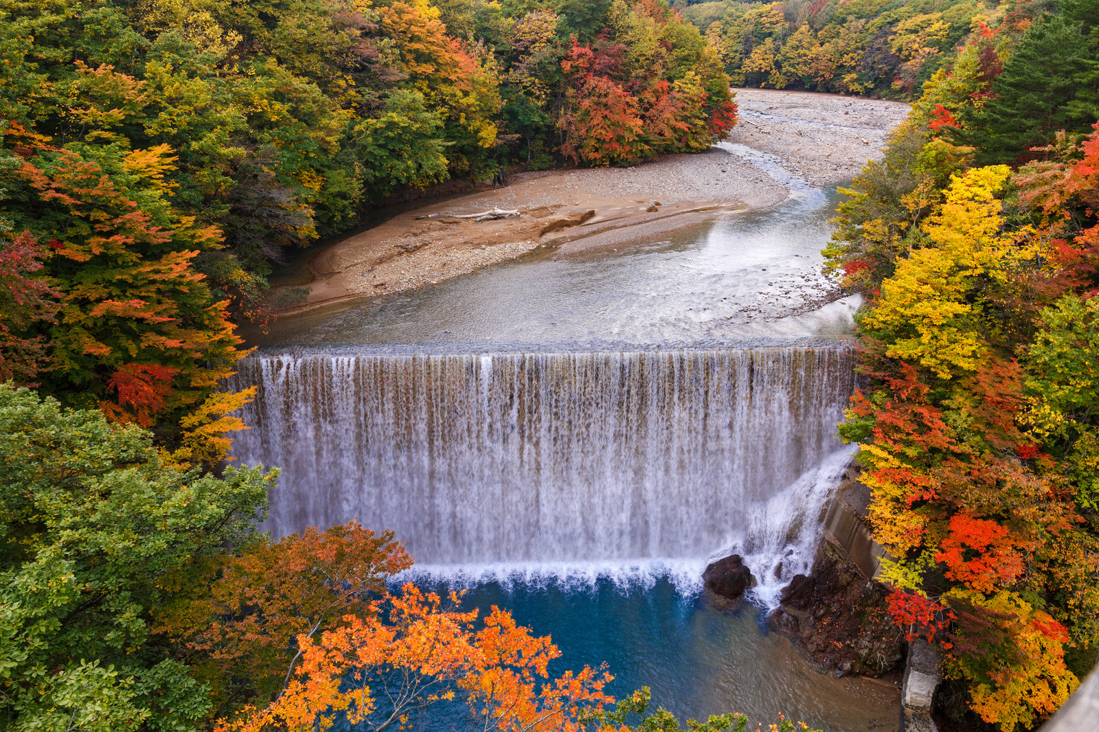 「八幡平の紅葉と滝」の写真