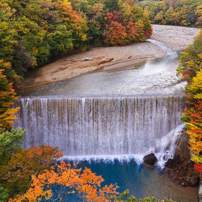 八幡平の紅葉と滝の写真