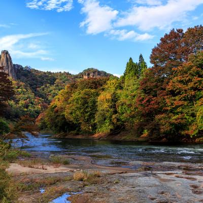 色づきはじめる渓谷の紅葉の写真
