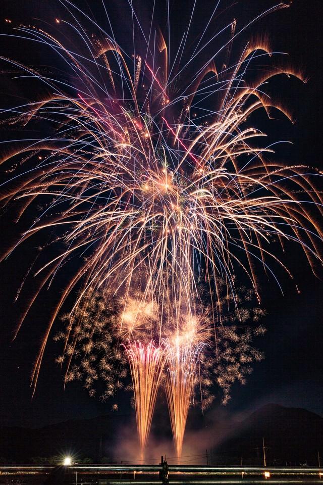 夏の夜空に輝く美しい大曲の花火大会の写真