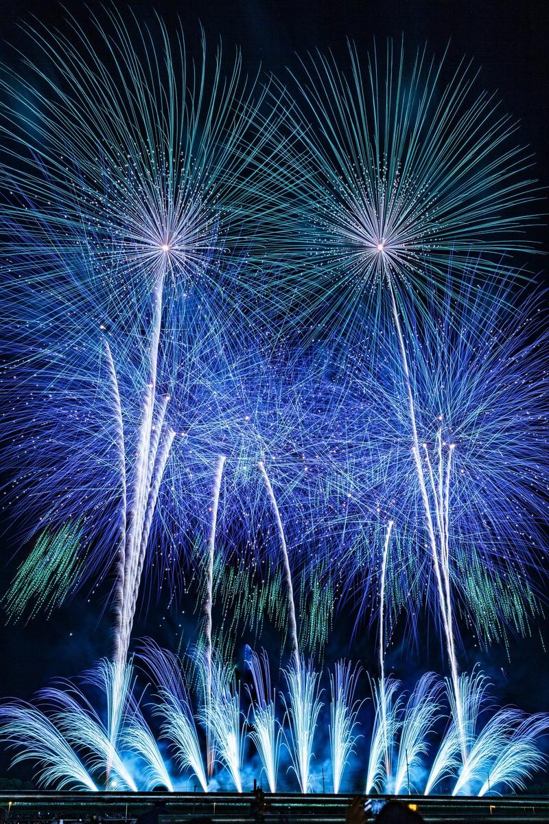 「青色のスターマイン(大曲の花火大会)」の写真