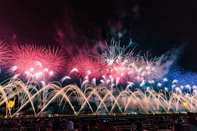 「大曲の花火大会の様子」のフリー写真素材