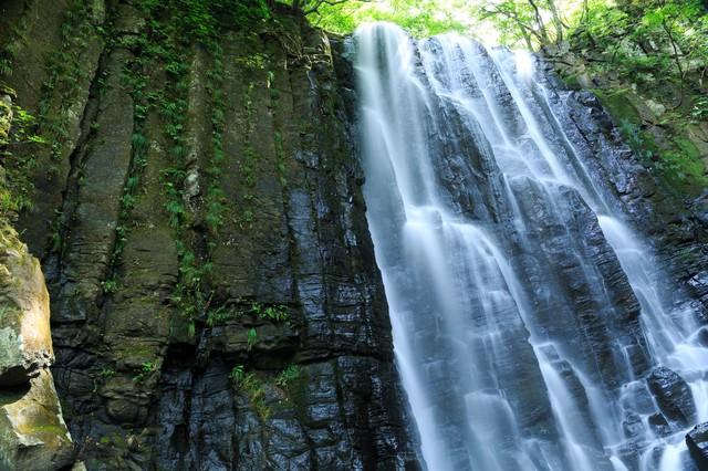 柱状節理(ちゅうじょうせつり)と滝の写真
