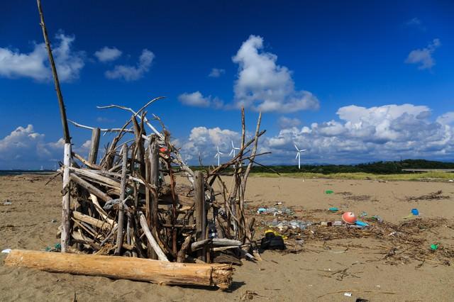 海岸の廃物とゴミの写真