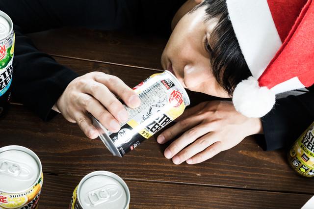 いくら飲んでも酔えない失恋男(イブの夜)の写真