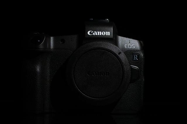 「デジタルミラーレス一眼レフカメラ ボディキャップ付ボディ(CANON EOS R)」のフリー写真素材