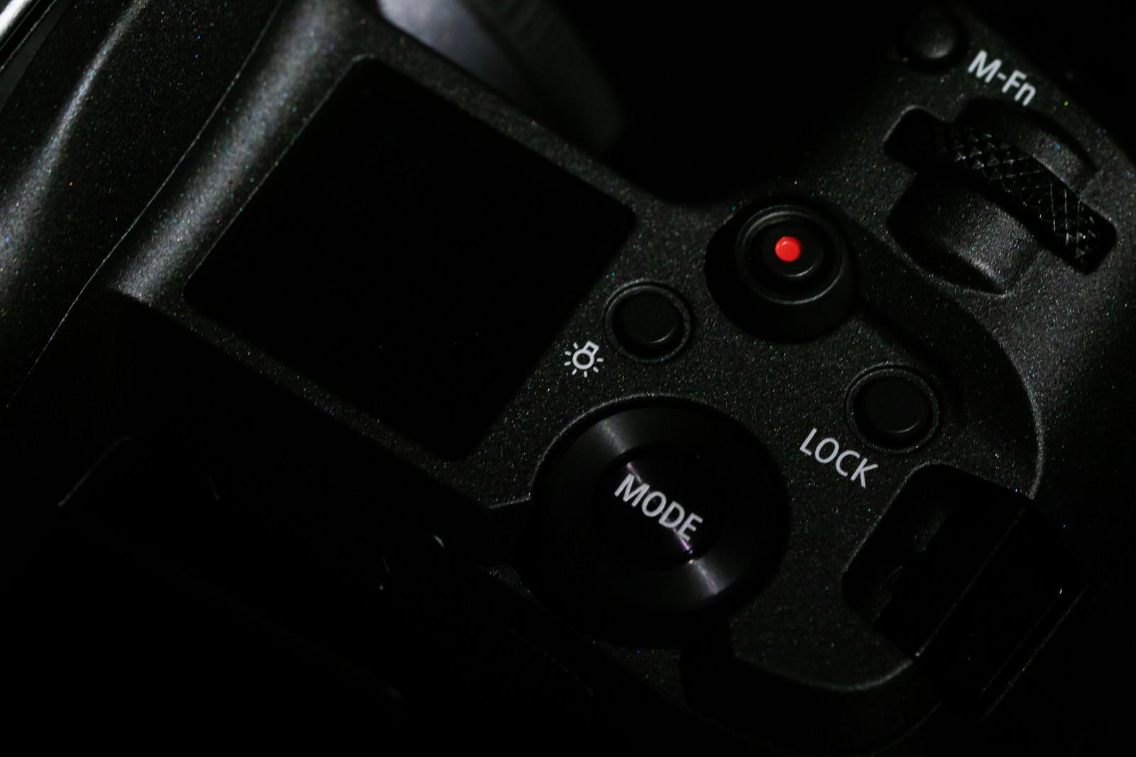 「ミラーレス一眼レフカメラの上面(CANON EOS R)」の写真