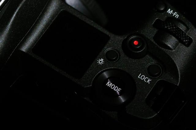 ミラーレス一眼レフカメラの上面(CANON EOS R)の写真