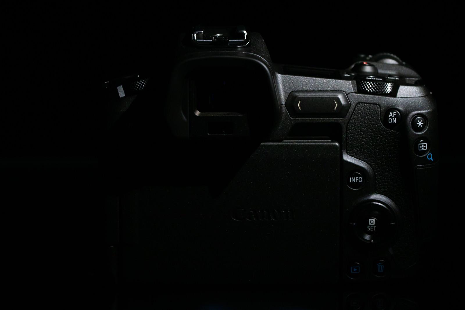 「EOS R の背面」の写真