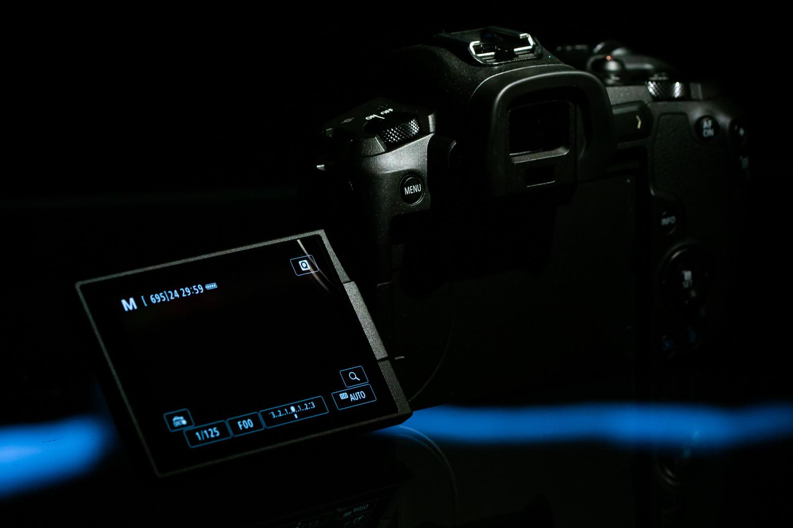 「ミラーレス一眼レフのバリアングル液晶モニター(CANON EOS R)」の写真