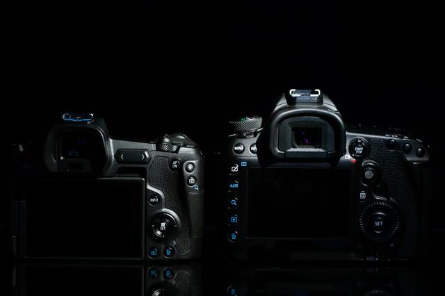 CANON EOS Rと5D MarkⅣの背面比較の写真