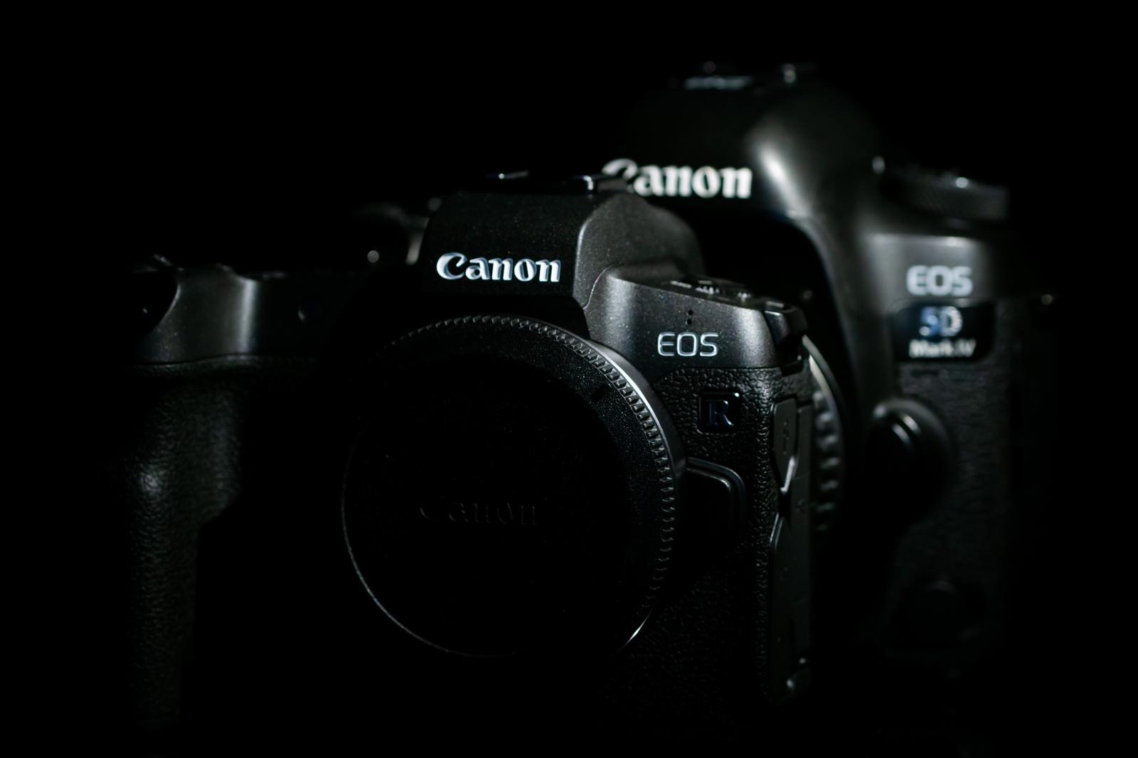 「CANON EOS Rと5D MarkⅣのボディサイズ比較」の写真