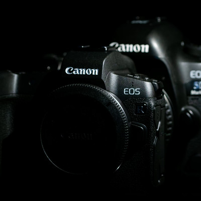 CANON EOS Rと5D MarkⅣのボディサイズ比較の写真