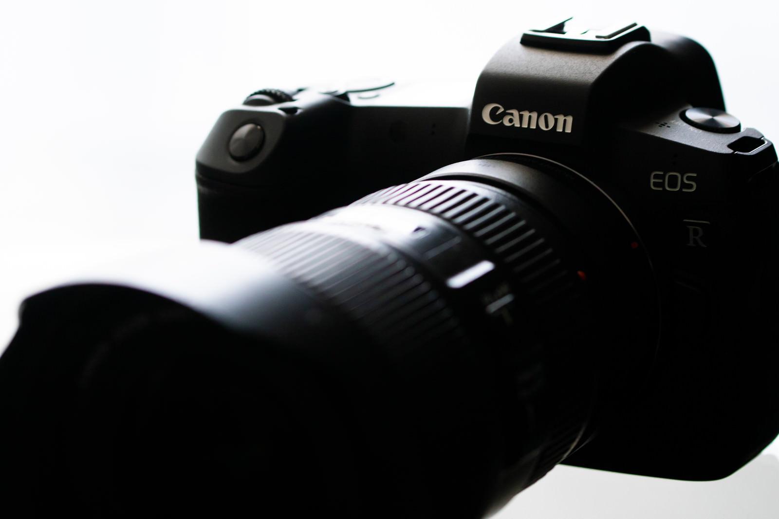 「レンズを装着したミラーレスカメラ」の写真