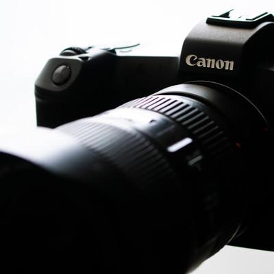 レンズを装着したミラーレスカメラの写真