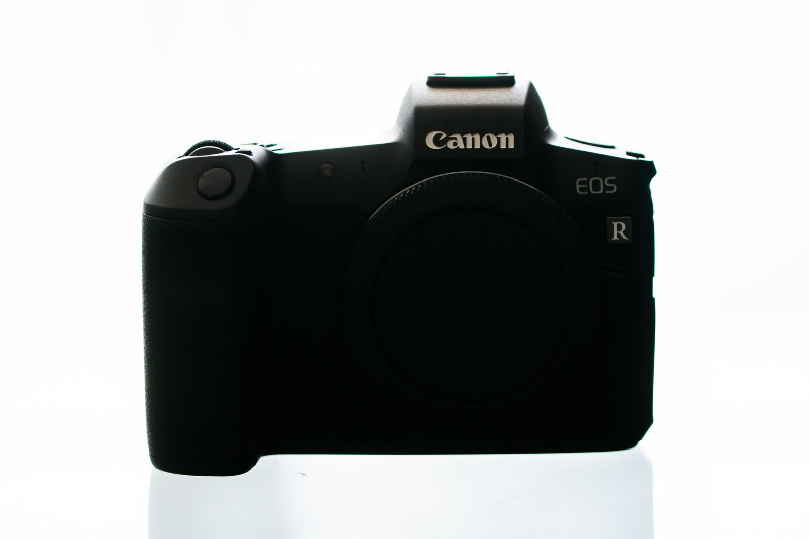 「デジタルミラーレス一眼レフカメラ(CANON EOS R 白バック)」の写真