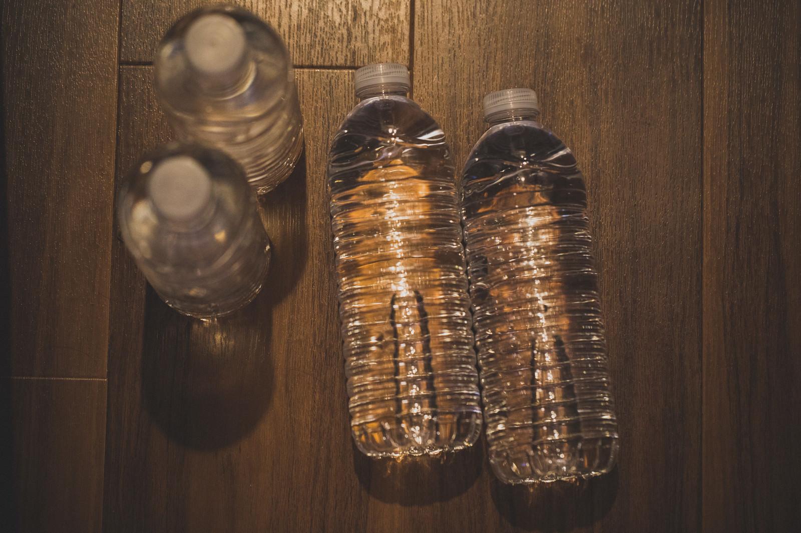 「床に置かれた水のペットボトル | 写真の無料素材・フリー素材 - ぱくたそ」の写真