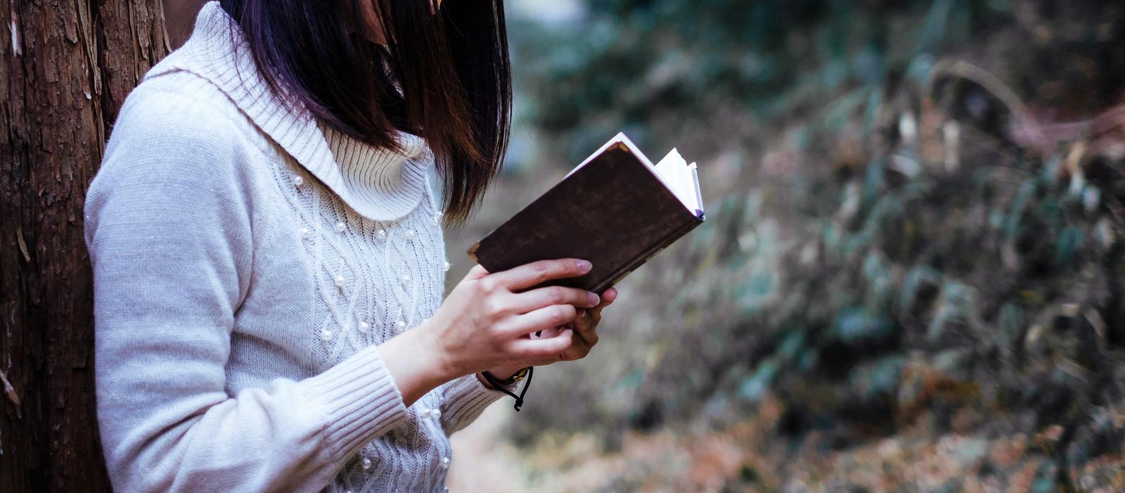「秘密が書かれた本を手にする女性」の写真