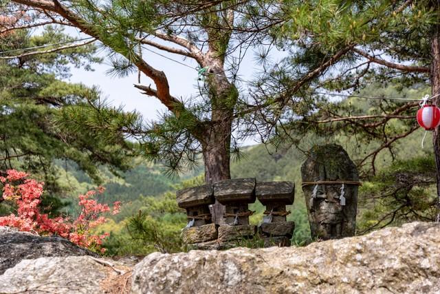 武石公園の石像と祠の写真