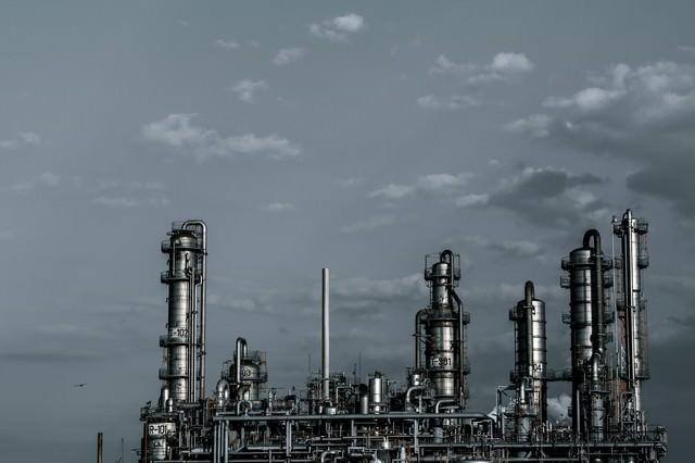 灰色の空と工場の写真