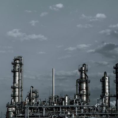 「灰色の空と工場」の写真素材