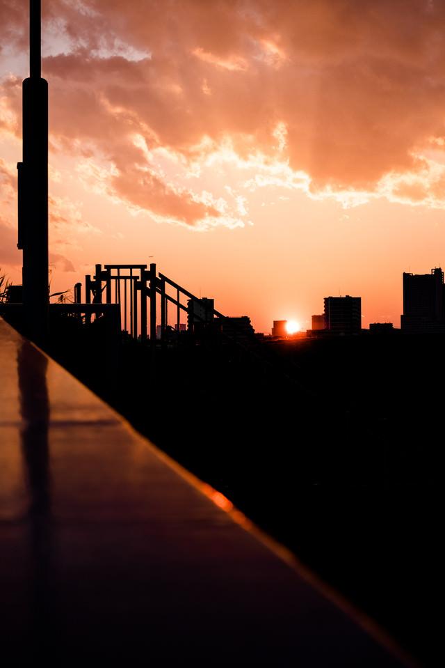 夕焼けとビルのシルエットの写真