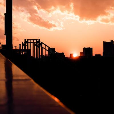 「夕焼けとビルのシルエット」の写真素材