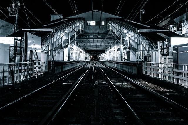 都内の駅のホームと線路の写真