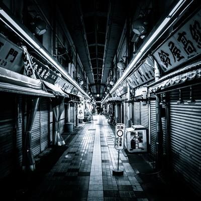 「シャッターがおりた商店街とアーケード」の写真素材