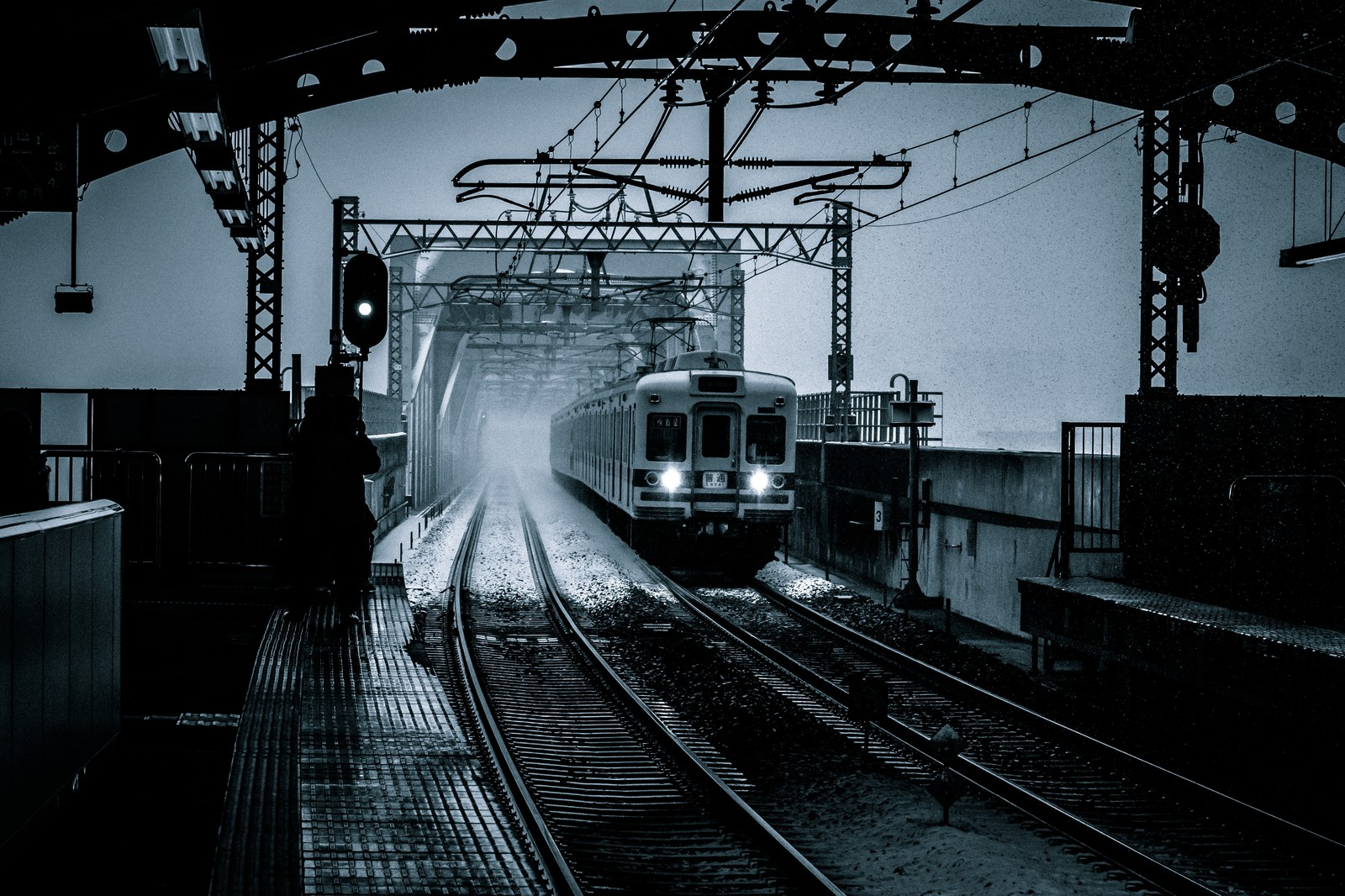「雪の中、電車が到着する」の写真