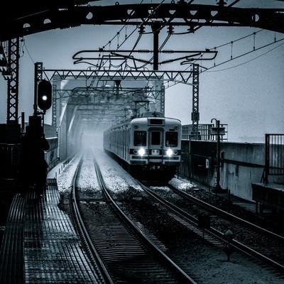 「雪の中、電車が到着する」の写真素材