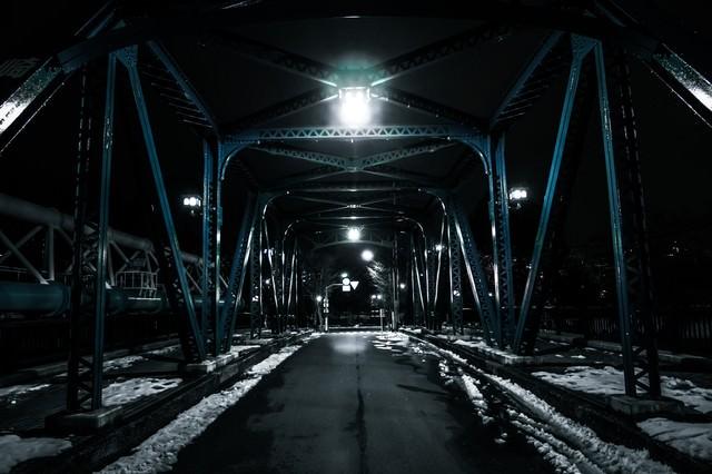雪が残る鉄橋の写真