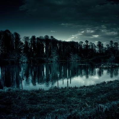 「いかにも不気味な池」の写真素材