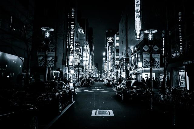 夜の銀座花椿通りの写真